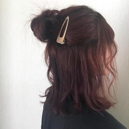 セルフアレンジ❤︎  ハーフアップにしてルーズなお団子を作りました✨ おろしてる髪を巻いたら完成です☺️ HAIRCLEATECLEAR所属・高木琴美のスタイル