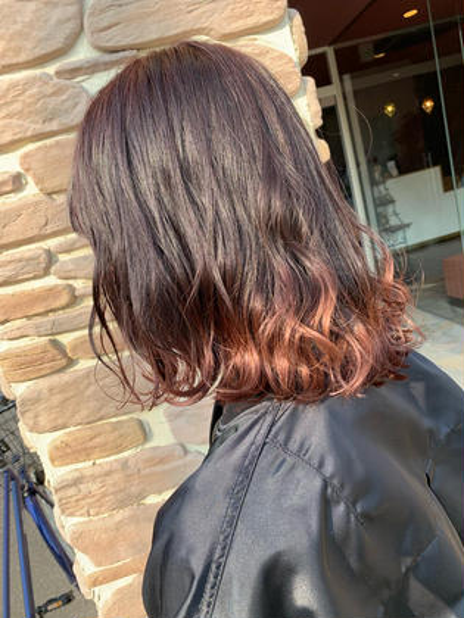 カラー ヘアアレンジ 軟毛~普通毛の方です。 ご来店された時に既に 毛先にブリーチが入っている状態でしたので、 その上からボルドー系のカラーを のせました💓