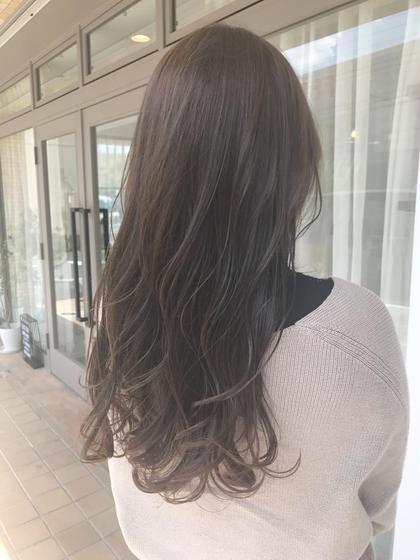 ロング Nドットカラーのカーキアッシュとブルーアッシュ⭐  ヘアトリートメントも超音波のケアプロを使ってカラーの色持ちや毛先のダメージもしっかり補修  髪の毛の痛みが気になる方は是非このメニューでご予約して下さいね☝️
