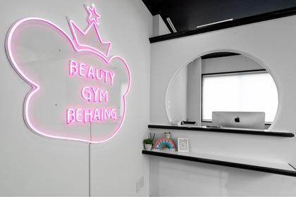 受付とピンクの幸運を呼ぶカエルのネオン看板です。 BEAUTY GYM BEHAING 柏店(ビハイング)所属・BEAUTYGYMBEHAINGのフォト