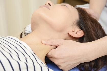 頭痛の原因の一つである胸鎖乳突筋も緩めます