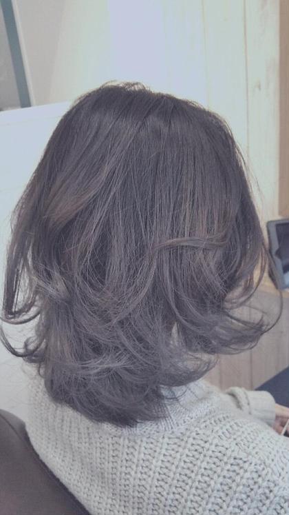毛先を、ブリーチで脱色してから、ブルーアッシュを入れました!仕上げはコテで緩めに巻き仕上げました!