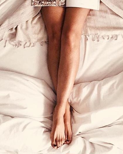 家でも外でもボディの中で露出の多い足は全体の脱毛がおすすめ☆足のつけ根から足首までシュガーリング後はサラサラすべすべです☆ シュガーリング後はシャワーの後にしっかり保湿していただくと仕上がりが長持ちします。