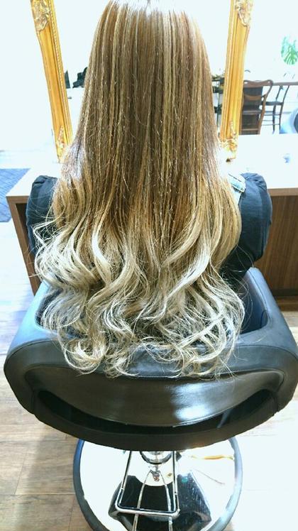 全体的にハイライトを入れて毛先はホワイトカラーでグラデーション。 涼しそうに見せたい方にオススメです! beauty:beast 浦添店所属・安 谷屋のスタイル