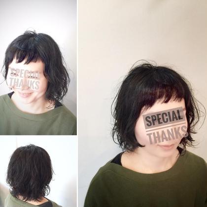 ダブルバングとアシメという個性的な髪型を、癖毛で自然に馴染ませています。