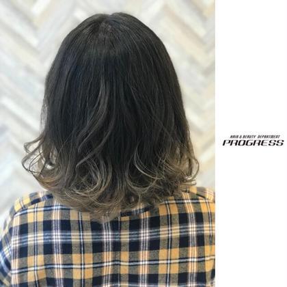 グラデーション/プラチナアッシュ。 毛先にプラチナアッシュをオンカラーしたグラデーション。 毛先がアッシュ系のグラデーションは年間通して人気。