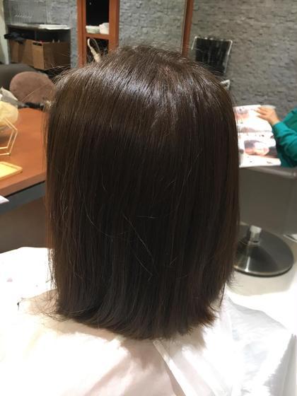 アッシュベージュ 普天間菜月のミディアムのヘアスタイル