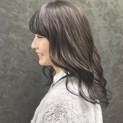 暗くなり過ぎず 派手になり過ぎたくない方に オススメ ✨  少し暗めのブルージュcolor   透明感が出るように 工夫してあります ♩  トリントメントもしっかりしてあげることで パサつきがなくなりまとまります(^O^)  髪には年齢がでます!今のうちからしっかりメンテナンスしていきましょう !✨ 今俣菜々美のセミロングのヘアスタイル