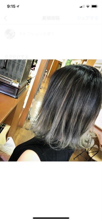 この写真のカラーのお客様は、 理想の色味に近づけるために トリプルカラーのコースで施術しました🍀  ※2回ブリーチでもほぼダメージ無しです✨  グラデーション&ハイライト 赤み・黄みのないアッシュカラー🌠  毛先・ハイライト部分には、 外国人風クリアミルキーグレー🔮  旬の詰まったトレンドカラーです。 目立つこと間違い無し👍🏼  hair・photo by me 梅木健登のミディアムのヘアスタイル
