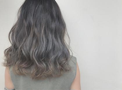 その他 カラー セミロング ✔️バレイヤージュグラデーショングレージュ   ✅バレイヤージュとは、ほうきで掃くとういう意味のフランス語です。 髪の表面に、掃き後をつけるような、ナチュラルなハイライトをハケで入れていく手法です。 伸びかけの生え際の色も、グラデーション効果で目立たちにくく、ハイライトが髪全体に部分的に入ることによって、顔色を良く見せる効果もあります。 グラデーションみたいな仕上がりになります。