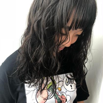 コテで巻いたような ゆる〜っと した パーマ スタイルです (^_^)  髪の状態にもよりますが デジタルパーマ 出かけることで より持ちの良い パーマがかけれます ◎  パーマ戻しのやり方も伝授いたします〜◎ ❤️カラーNo.1❤️今俣菜々美のセミロングのヘアスタイル