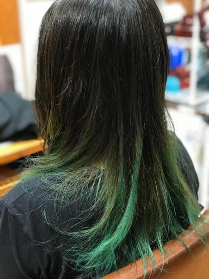 ネープにハイライトを入れて、毛先をバレイヤージュでグラデーションカラーが入ってます。 ブリーチでハイライトを入れたところにグリーンの色味を入れました。