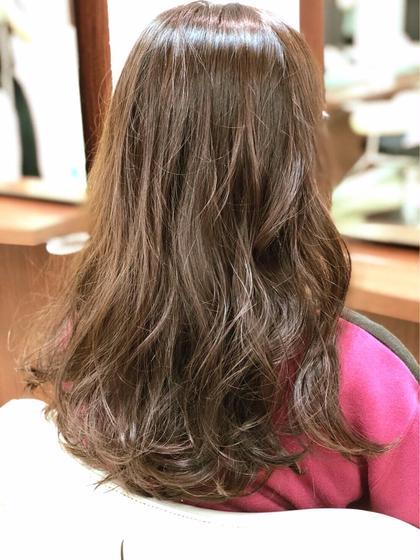 ナチュラルなカラーにゆるーくウエーブ♡ 元々とても直毛な方ですが ふんわり、柔らかく見えるスタイルです( ´∀`)