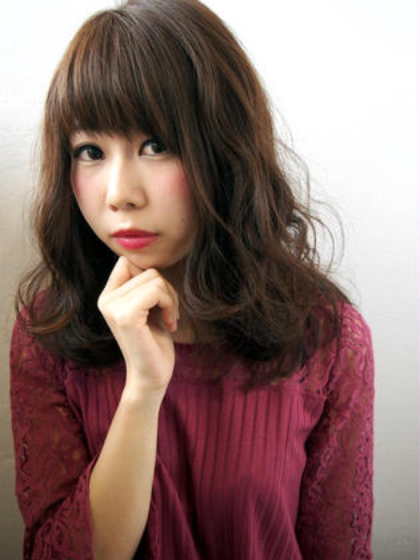 流行りのナミナミヘアーも表面の毛でかわいく 西村知佳のスタイル