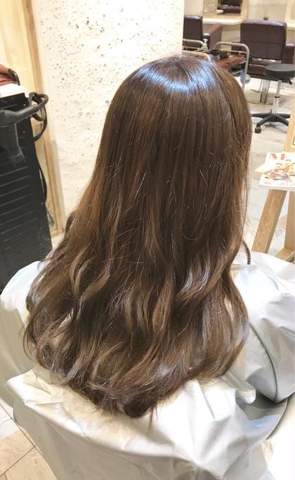 ロング ハイライト+カラー 細かいハイライトをたくさん入れて毛先のほうはグラデーションっぽくなるようにしてます(^ ^) カラーは赤みを消すアッシュにしました!