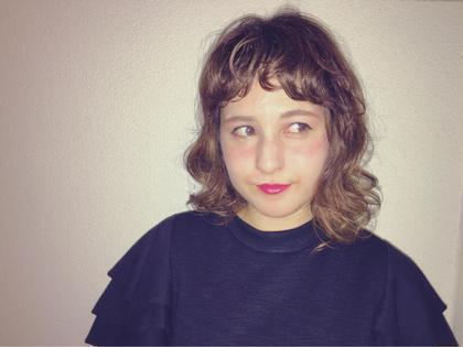夏にオススメの『崩れてもカワイイ♡毒girlヘア』 夏は暑くて顔にペタペタ髪がくっつくのがイヤ…>_<… なんて方も、無造作ウェーブヘアなら崩れてもかわいいのです♡ 内巻きだけじゃ可愛すぎるから、外ハネも混ぜて毒っ気を出してみるのもオススメですよ▽・x・▽ BASSA高田馬場店所属・カタイシマイのスタイル