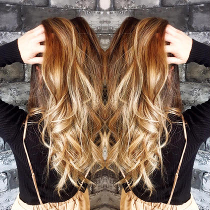 ロング 外国人風カラー×バレイヤージュ ブロンド  日本人特有の赤みのある髪にも合うグラデーションカラー☆  本来の赤みを活かして焦げ茶色からブロンドになるデザインカラー☆