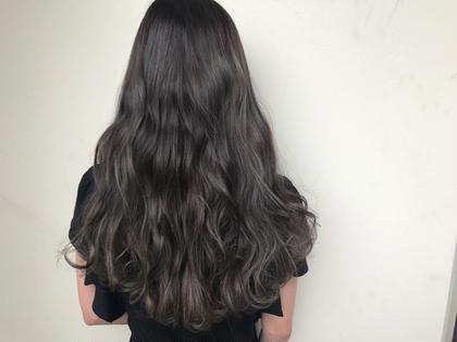 その他 カラー ヘアアレンジ ロング ✔️ダークグレージュ×ハイライトMIX  ✅ハイライトとは ハイライトとはヘアカラーにおいてベースである色に対してブリーチやカラー剤で部分的に明るい部分を作り、全体的に立体感を出す手法のことです。 ハイライトでポイントカラーした髪は周りよりも引き立って髪色全体が明るいトーンになります。重くなりがちなカラーもハイライトを入れることで動きが出て、軽い印象を与えることができます。 +¥3000〜