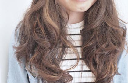 アッシュ系の柔らかいカラーにわかりやすいハイライトを入れることで、パーマや巻いたスタイルを可愛く見せてくれます^ ^ hair&makePOSH葛西店所属・坂上岳のスタイル