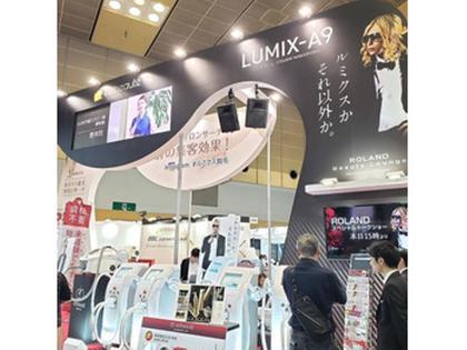 こんにちは(^^) 先日大阪で行われたビューティーワールドジャパンへ行ってきました! 美容機器やお化粧品メーカーの会社がたくさん並び最新の美容機、エステ、流行りのコスメなど色々な情報を私達エステサロンに紹介してくださるイベントです!当店ルミクスSHR脱毛も発見(^○^) 今回ホスト界の帝王ローランドさんの、トークショーも開催! 『何故ローランドなのか』 今では美容家としても大人気のローランドさん! 昨年東京に自身の脱毛サロンをオープンされました! 本物しか選ばない徹底主義のローランドさんが何度も何度も色んなサロンへ足を運び選び抜いたのがルミクスSHR脱毛です! 医療脱毛ではなく美容脱毛を選ばれた理由が当店に来ていただければきっと分かるはず! 効果を実感したい方は是非当店へお越しください 責任を持って美のサポートをさせて頂きます! 無料体験とカウンセリングもさせて頂いてますのでお気軽にご連絡ください(^^) 脱毛エステティックサロンvivi(ビビ)