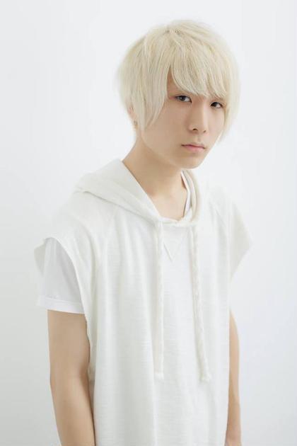 ホワイトブリーチによるホワイトヘアーのショート sherry所属・小野寺翼のスタイル