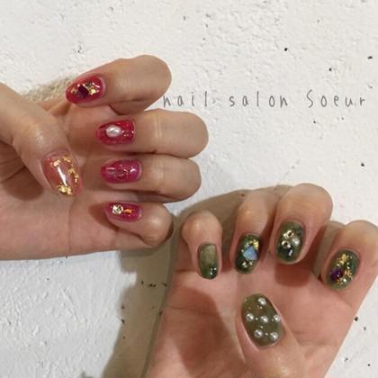 ジェル/フルオーダーコース   左右のカラーをガラリと変えた アシンメトリーなニュアンスアート! クリスマスも少し意識した 赤と緑のデザインです(^-^)  フルオーダーコースなら、アートもやり放題♪ 毎回付け替えオフが無料です!!! nail salonSoeurの