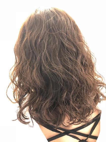 【カット+パーマ】  腰近くまであった長さを鎖骨下までバッサリ切らせて頂きました。  パーマは、モデルさんの髪がかかりにくかった為でデジタルパーマでさせて頂きました。  デジタルパーマは、濡れてる状態でパーマのセットをするのが苦手な方、毎日コテ巻きをする方、パーマが長持ちしない方、ロングの髪の長さの方、根元に癖があるけど毛先にカールが欲しい方にオススメです🌟 VANESSA所属・鹿島彩のスタイル