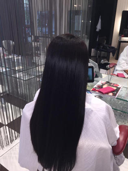 ダメージレス縮毛矯正✴︎ お顔まわりの生え際、毛先にかけてのうねりご気になるとのこと。 過去にブリーチの経験あり。 ブリーチ毛でもかかりやすくダメージが少ないやさしい薬剤を使用しました✴︎  さらさらツヤのあるストレートになりました! HAIR&MAKE    EARTH小田原所属・相良莉奈のスタイル