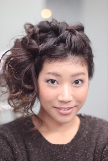 ヘアセットとメイクをしました!  髪色が暗めのカラーなので、重くなりすぎないようにピンクのシャドウとリップを使い、お肌は小麦肌だったのでオレンジのチークにして明るく華やに仕上げました\(^o^)/ hair make emu所属・野田あさみのスタイル