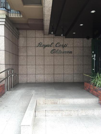 ロイヤルコーポマンション入口です! 普通のマンションですが、そのまま入っていただいて大丈夫です\( ¨̮ )/301号室でお待ちしております♪ Attrait所属・mi✳︎のフォト