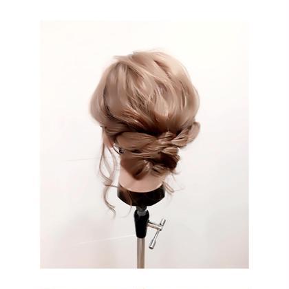 ヘアアレンジ ✨簡単ヘアアレンジ✨  くるんぱしてサイドの髪をねじり巻きつけて毛先を丸めて終わりです⭐️  夏時期シニョンは首元が涼しくなっておすすめです♡