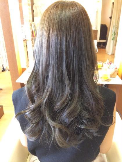 がっつりアッシュカラー!!!  元々が12レベルくらいの明るさだったので、かなり強めにアッシュを入れてより一層「くすみ感」を出しました!  肉眼で見るともう少し毛先は緑がかった感じになっています(^ω^)  インスタ→@kuppa_98 ing's hair(イングスヘアー)所属・日谷真奈美のスタイル