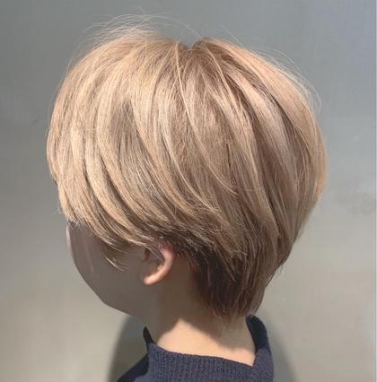 ハイトーンならでは、の軽さのあるスタイル❣️ 毛先は、しっかりと動きの出るカットをし 全体的に丸みは、残しつつトップは、ふんわりと出来るようにカットしております❣️ カラーは、ブリーチを4回ほどしてから、ベージュ系で オンカラーしております⭐︎