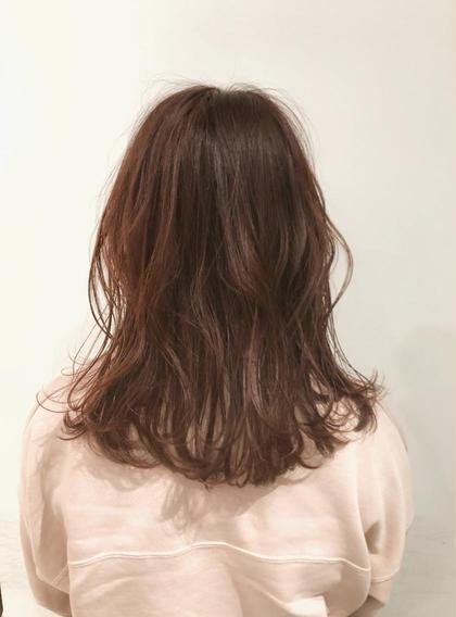 イルミナカラーは色が抜けてしまってパサパサに傷んだ髪でも、たちまち美しいツヤのあるヘアに! ブリーチ無しで透明感をだすのでキューティクルのダメージを最小限におさえることができます。  赤みがかった髪色ならアプリコットブラウン🍁 アプリコットブラウンは顔色を明るく見せてくれるのでオススメです☀️ ショートヘアからロングヘアまでどのレングスでも女の子らしい印象になるヘアカラーです! 白井大樹のスタイル