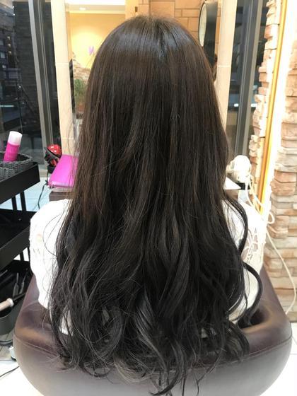髪は元々赤系の毛先がブリーチ毛で根元黒く所々にハイライトが入っていました!  お客様の要望は紫系にしたい 写真だとわかりづらいんですが、ブリーチの所は紫が薄く入り、今回はトリートメントもやらせて頂きとてもサラサラになりました(^^) aL-ter LieN所属・島田 菜央のスタイル