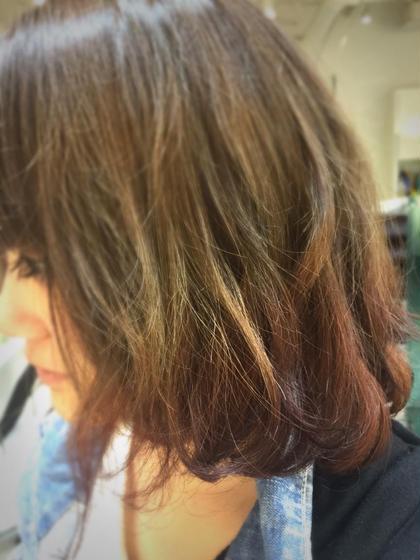 グラデーションのブリーチが入っていた髪に 色落ちしても黄色くならないように ブラウンを足したカラー! 毛先にレッドブラウンを入れて 遊び心とオシャレ度をプラス☆ KENJE湘南台WEST所属・秋山絵里香のスタイル