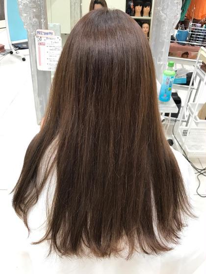 落ち着きのある暗めのナチュラルアッシュ✨ 根元と毛先の色の差をなくしたおとなしめのカラーに! 光で透かせるとアッシュ感が出て重めの髪も軽い見た目に! 平田睦のスタイル