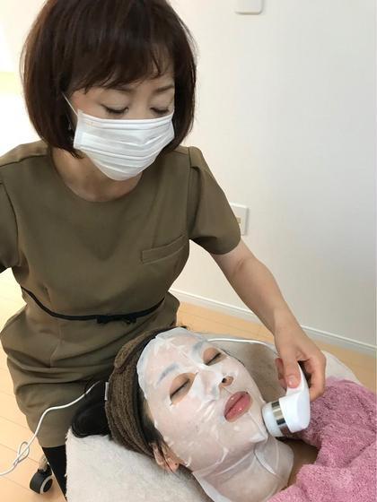 エレクトロポレーションを使ってお肌の奥まで美容成分を浸透させます。コラーゲンやエラスチン、ヒアルロン酸の産生を内側からサポートするヒト幹細胞培養液を高配合。お肌そのものの力を高める美容成分もふんだんに含まれたマスクを使用。3Dマスクは抜群のフィット感で、顔だけでなく、年齢が表れやすい首元までぴったりと密着。弾力とハリ、ツヤを与えます。ダマスクローズの香りとともにとても贅沢なひとときです。 トータルビューティーサロン Marble所属・川村千鶴のフォト