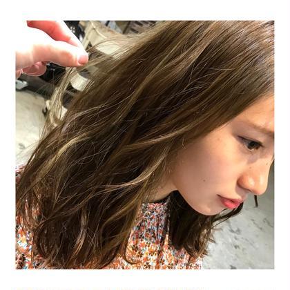 カラー ミディアム medium style . color 【 greige × highlight✨】    グレージュにハイライトで 今っぽく🍃    毛先は外ハネに、 表面だけ巻いて動かすだけの 簡単スタイリング💕   シアバターで散らせば、 より可愛さ、増します🙆✨