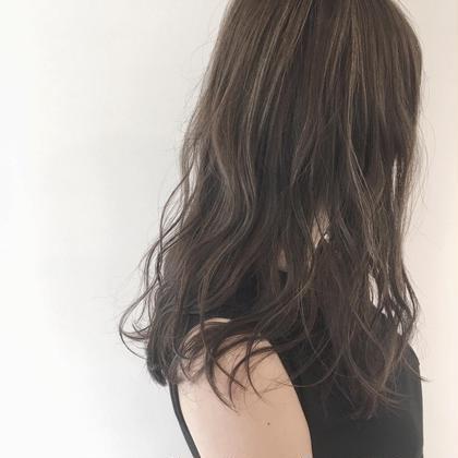 スーパーハイライトにグレージュ* 梅田繁和のセミロングのヘアスタイル