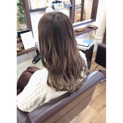 毛先にかけて自然なグラデーションにし巻き髪時に透明感や柔らかさが出るようにしています😍 秋冬の時期にオススメです🎶