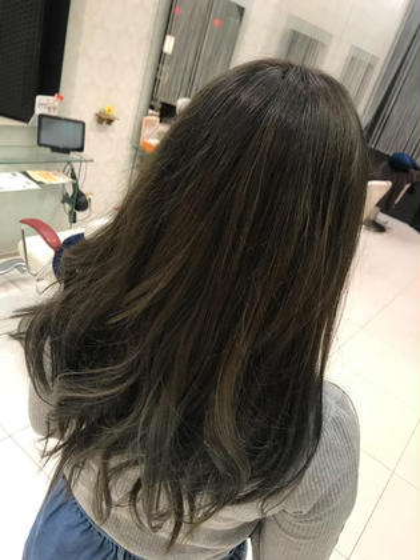 毛先の方に入った綺麗なシルバーグラデーション! HAIR&MAKEEARTH所属・宍戸海斗のスタイル
