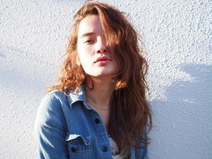 カラー ロング ラフな波打ちウエーブのレイヤーロングスタイルです♡✨♡✨ カラーは肌色に馴染む、オレンジブラウン♡♡