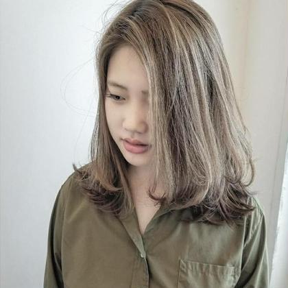 全体にハイライトを入れた透明感抜群のアッシュグレー haircaresalon HOLGA所属・HOLGAタクミのスタイル