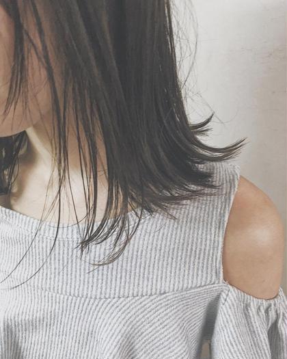 地毛風の暗めカラー 鎖骨で揺れるロブスタイル  カラーに関してはハイライトを入れる際は 必ずブリーチをします! しかし心配しないでください 痛まないという発言は嘘になるかもしれませんが、 全てをブリーチするよりも断然ダメージは少ないです! それに自毛とミックスされることによってとても柔らかい透明感が出ます  透明感のある柔らかい髪色が好きです☆   カットに関しては顔周りは特に重要視しています 前髪を厚めにするのか薄めにするのか 広げるのか狭めるのか それだけで小顔にも見えるからです  そして、1番印象を変えれるからです  僕はそんな顔周りを作るのがとても好きです☆ Neolive  横浜西口店所属・サキハマコウヘイのスタイル