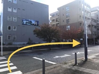 【道順3】 交差点をそのまま渡り、右折。 (角に工事現場があります)