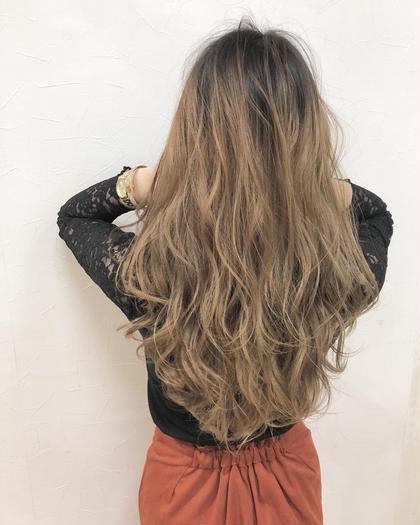 カラー ロング グレージュ、バレイヤージュ、ルーズ、個性的、自分らしさ、モード、無造作、ハイトーン、グラマラス、耳かけ、ラブ、クラシカル、伸ばしかけ、黒髪、マッシュ、大人かわいい、厚めバング、センターパート、斜めバング、美髪、トリートメント、ハイライト、3Dカラー