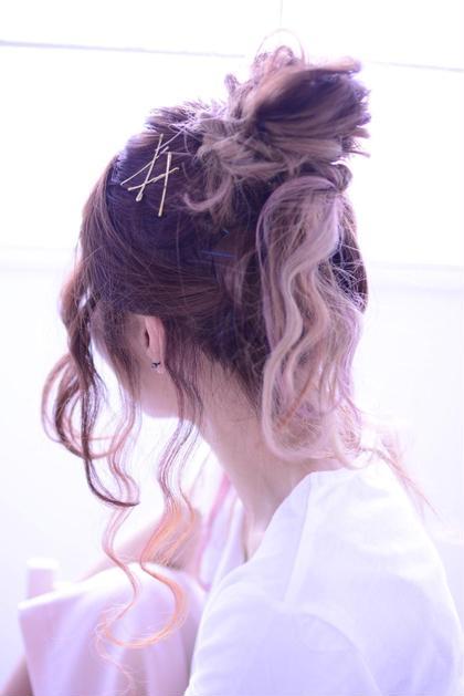お団子アレンジです!全部まとめないで、少し毛束をねじって垂らすと、可愛いくルーズなアレンジになります☆☆ポイントは顔まわりと耳後ろと襟足の髪の毛を少しとって、ストレートアイロンて波ウェーブにすると、最旬ヘアアレンジね完成です\(^o^)/ merry所属・白川めぐみのスタイル
