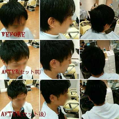 ツーブロックのショートスタイルです。 前髪にクセ毛があるお客様ですが、この場合前髪を上げた爽やかなスタイルの方が似合う事があります! 技法としては、サイドの刈り上げをかぶせる部分をレザーと言う刃物で馴染ませる感じに仕上げております。 そうする事によって、髪の毛の表面が削がれますので、サイドが膨らんで気になる方でもキレイに収まる事があります!(写真は京都のお店時代のモノです。) ヒロ銀座所属・KoyamaYuukiのスタイル