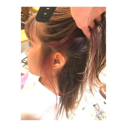 カラー ミディアム medium style .  inner color 【 pink , orange , blue 】    こちらは、 3色をランダムに入れた インナーカラーです💓   色とりどりな インナーカラー、 素敵です✨    巻いたり、動いた時に チラッと見えて おしゃれです🦋